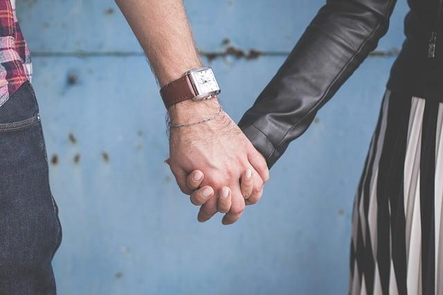「男ってセフレと手を繋ぐ?」男が手を繋ぐ意味を解説