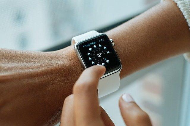 時計で時間を確認